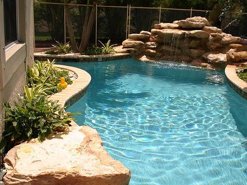 Cascadas para piscinas fotos imagui for Piscinas pequenas con cascadas