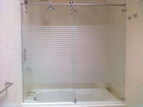 Mamparas Para Baño De Policarbonato:Cortinas de baño en vidrio templado, cubiertas en policarbonato