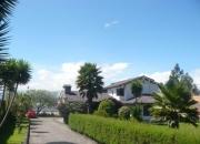 Casa con amplios espacios verdes, canchas, hermoso paisaje