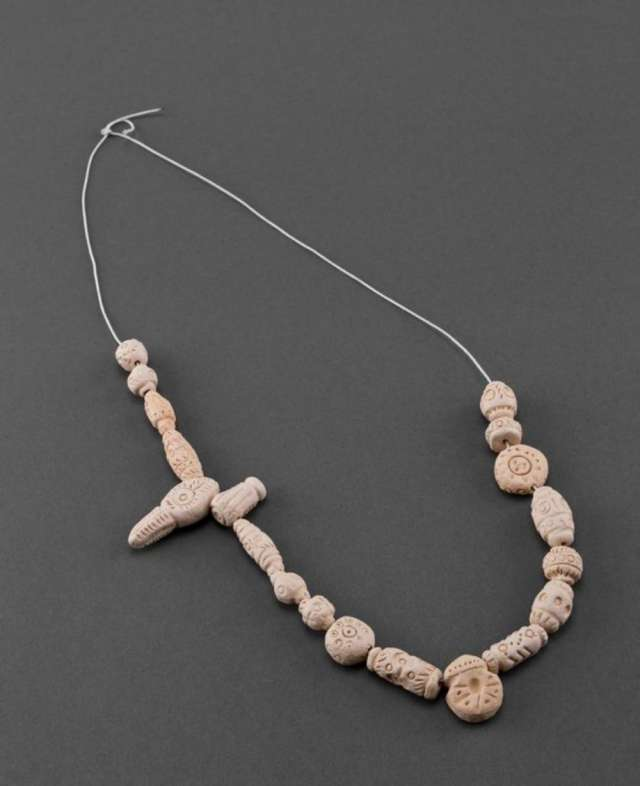 9d62a43220de El collar artesanal está modelado a mano de arcilla blanca. en Quito ...
