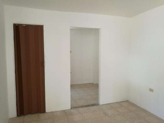 Vista de la puerta del baño y entrada a la habitacion